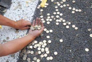 Монеты под дверью