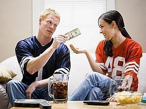 муж отдает жене зарплату