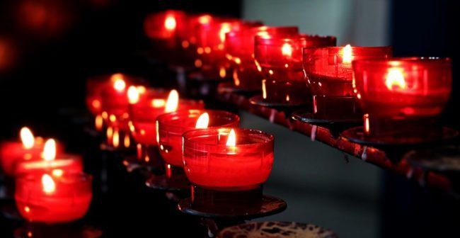 две скрученные свечи