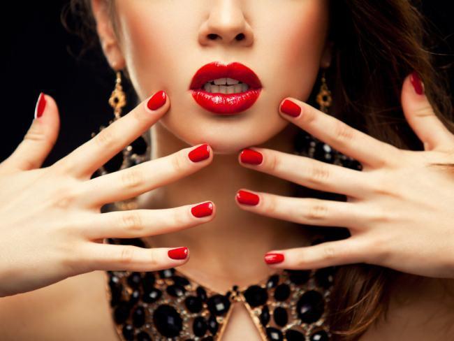Почему чешутся губы у девушки