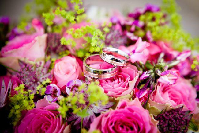 свадебные кольца на букете