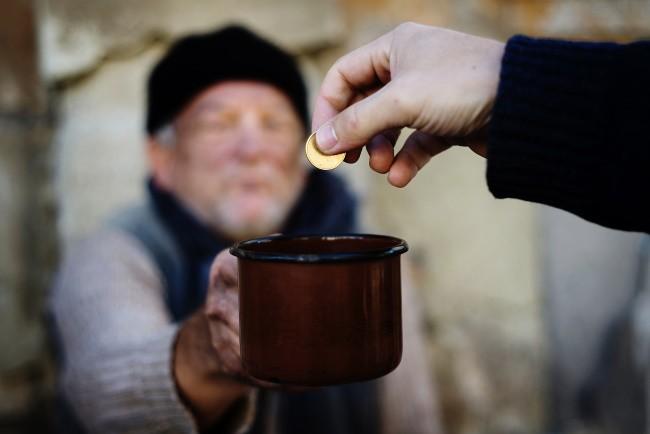Обычай подавать милостыню