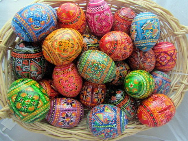 Традиционные крашеные яйца